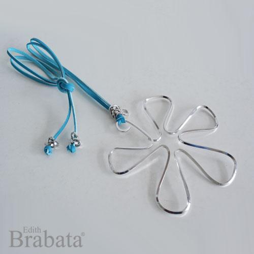 coleccione-garabatos-brabata-collar-flor-plata-piel-azul
